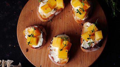 柿とヤギのチーズのブルスケッタ